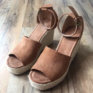Universal Thread Brown Wedges Size 7